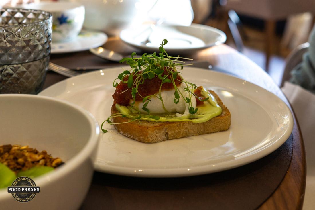 [Rezept] Frühstück im Verve – Pochiertes Ei, Tofucreme mit Liebstöckel und Tomatenmarmelade
